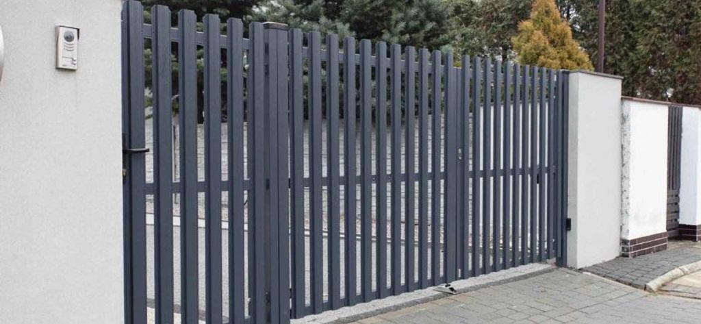 Строительство заборов и ворот из металлического штакетника