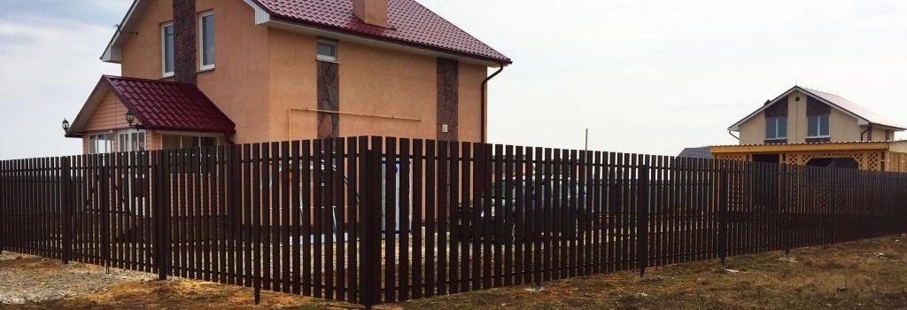 Забор из евроштакетника на винтовых сваях