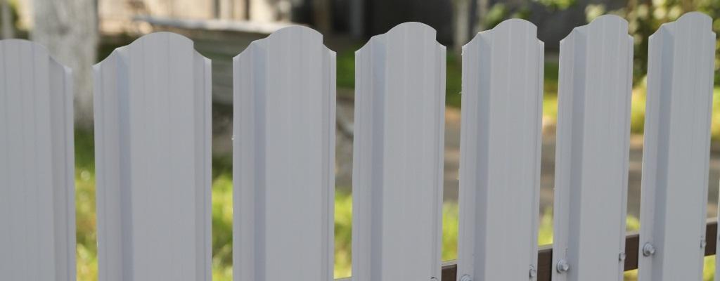 Белый евроштакетник: выгодное решение для участка